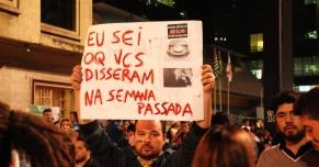 Manifestante protesta contra veículos de comunicação. (Fonte: Uol)